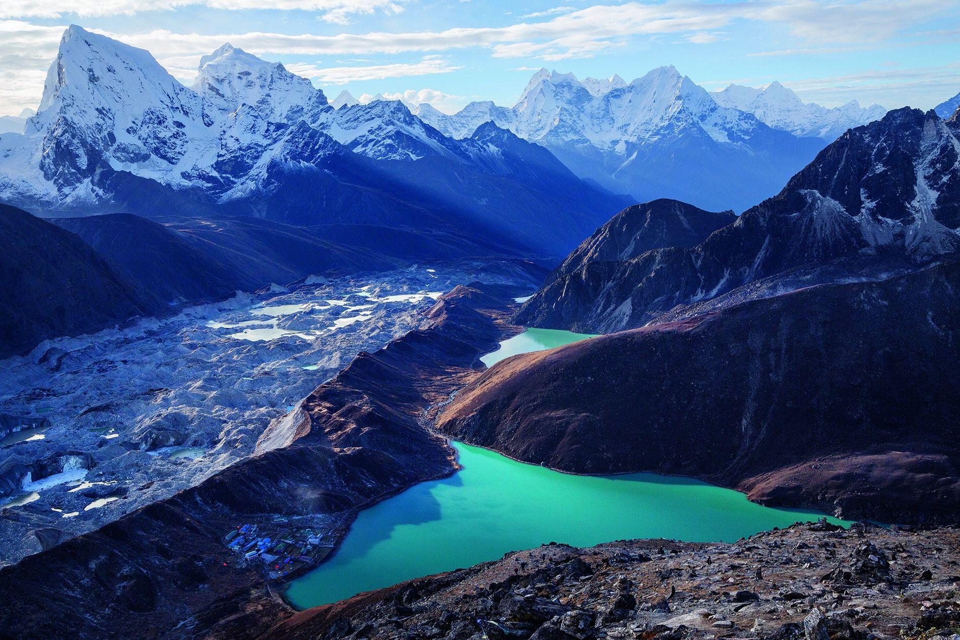 Le village népalais de Gokyo. Niché au bord d'un lac alimenté en partie par le glacier ...