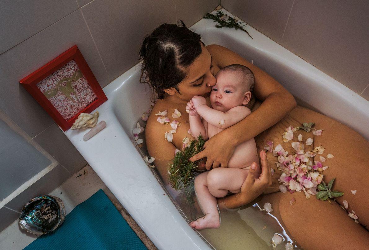 Laura Sermeño et son petit garçon célèbrent la fin de la cuarentena (« quarantaine »). La ...