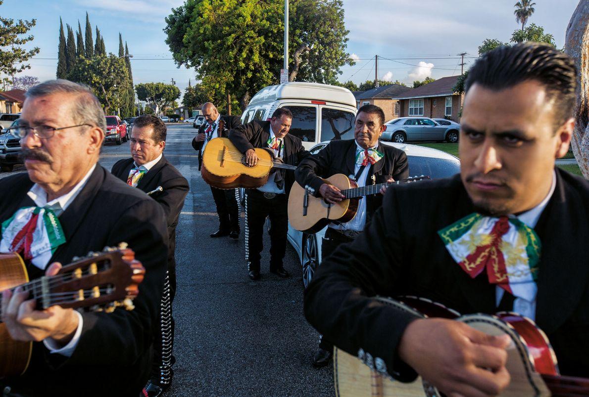 Mariachi Negrete joue à un anniversaire, à Compton (Californie). Fondé par Guillermo Negrete, originaire de Michoacán, ...