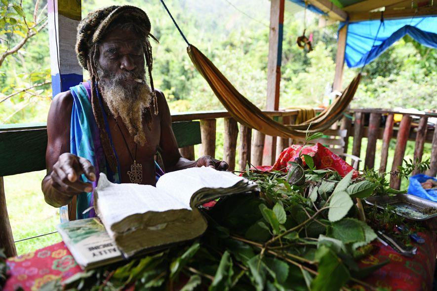 Moses James est l'un des plus célèbres représentants des rastafaris, communauté florissante qui représente 20% de ...
