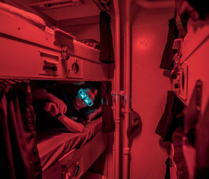 Nita Shattuck, de l'École navale supérieure de Monterey (Californie) teste des appareils pour décaler l'horloge interne ...