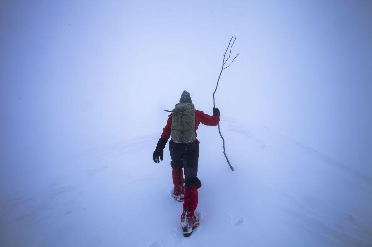 Escalade en montagne lors d'une tempête de neige sur le Shirakami-Sanchi, situé dans les montagnes du ...