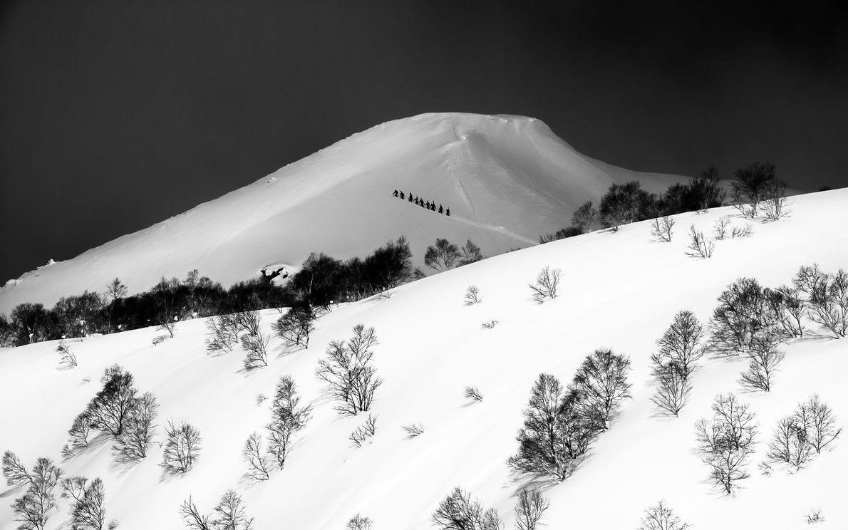 Le hors-piste… une longue marche pour vivre des sensations fortes en redescendant la montagne couverte de ...