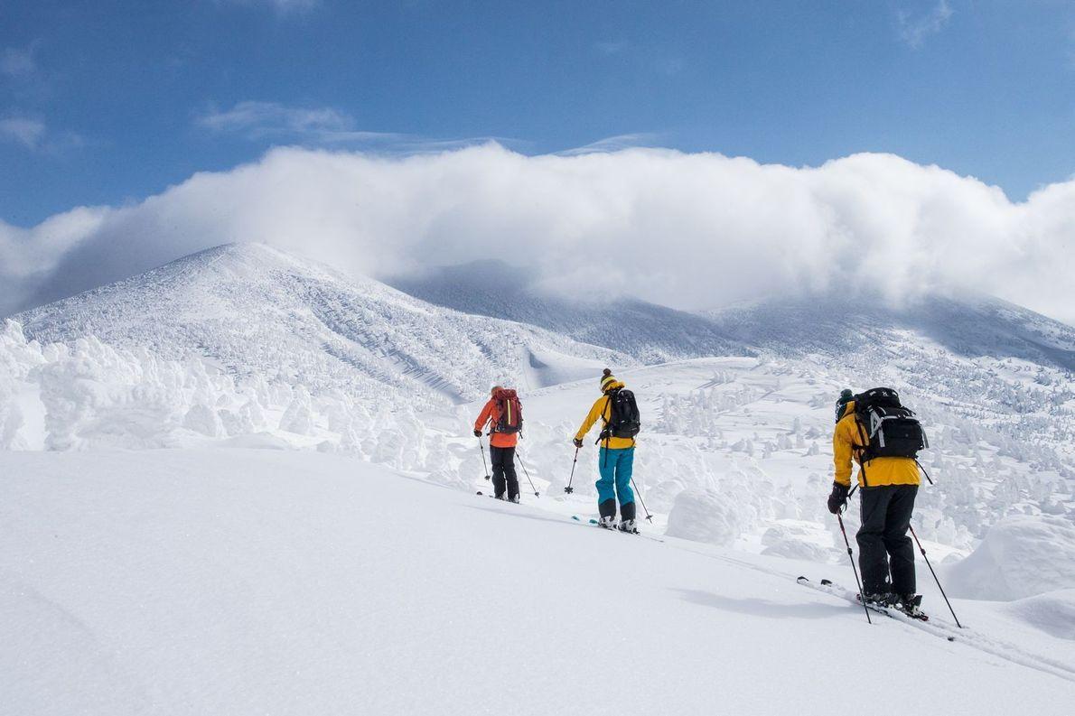 Des marcheurs défient les montagnes couvertes de neige, au Japon.