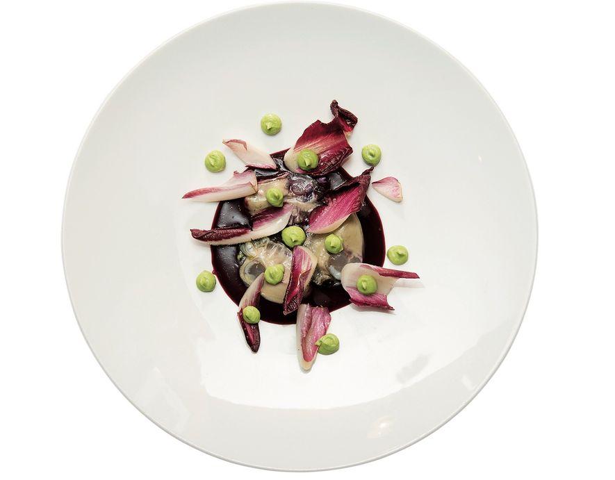 Le plat Huître Violine de chez Gaya. Il est composé d'huîtres, d'une sauce violine (chou rouge, bettrave rouge et tamarillo), de salade Trévise et de pois cassés.