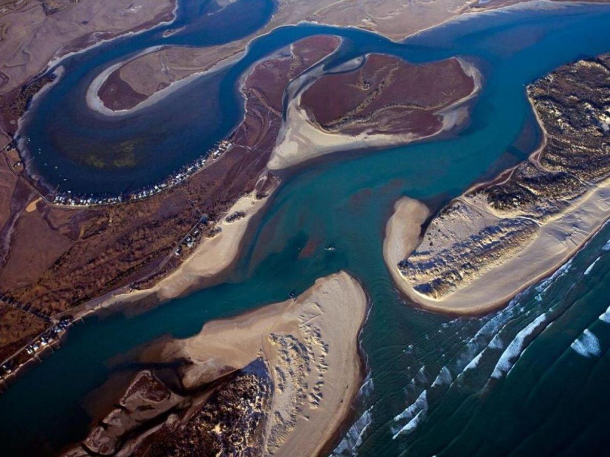 Sur la photo : l'embouchure du fleuve Murray, où une drague maintient le sentier ouvert.  Le Murray ...