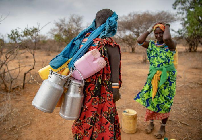Des femmes rentrent chez elles après avoir vendu du lait à Reteti.