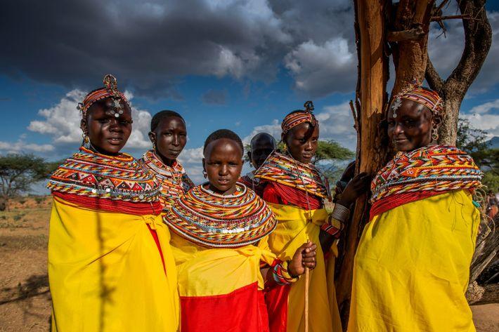 Des femmes Samburu se rendent à un mariage près du sanctuaire de Reteti. Ce dernier se ...