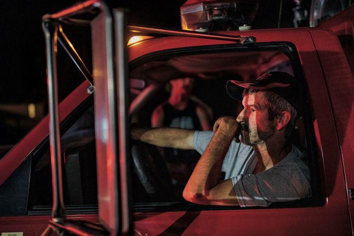 Dunlow, Virginie-Occidentale. Willard Marcum, un sapeur-pompier chevronné, conduit le 725e et dernier véhicule qui se présente à ...