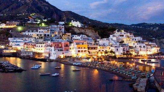 Le mont Époméo, couvert de luxuriantes vignobles vertes, de villes sur le village coloré de Sant'Angelo ...