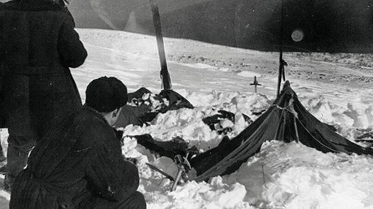 Des enquêteurs soviétiques examinent la tente appartenant à l'équipe d'Igor Dyatlov le 26 février 1959. La tente avait été ...