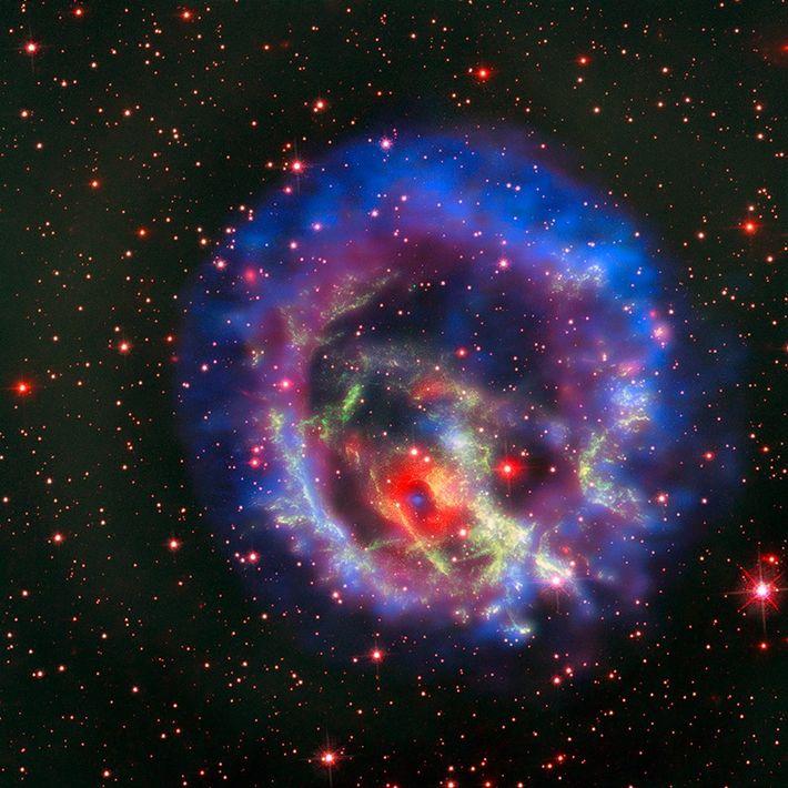 Un corps stellaire dense appelé étoile à neutrons se trouve à l'intérieur de E0102, un rémanent ...