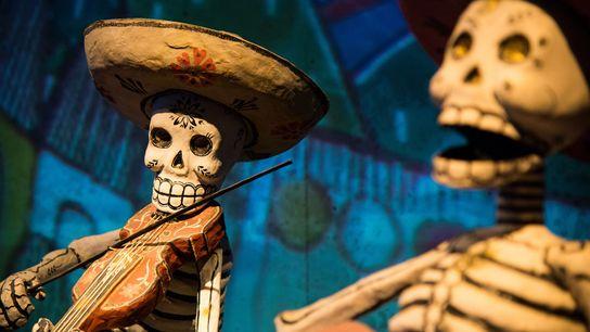 Ces squelettes en papier mâché du Día de los Muertos, les Calacas, sont exposés au musée ...