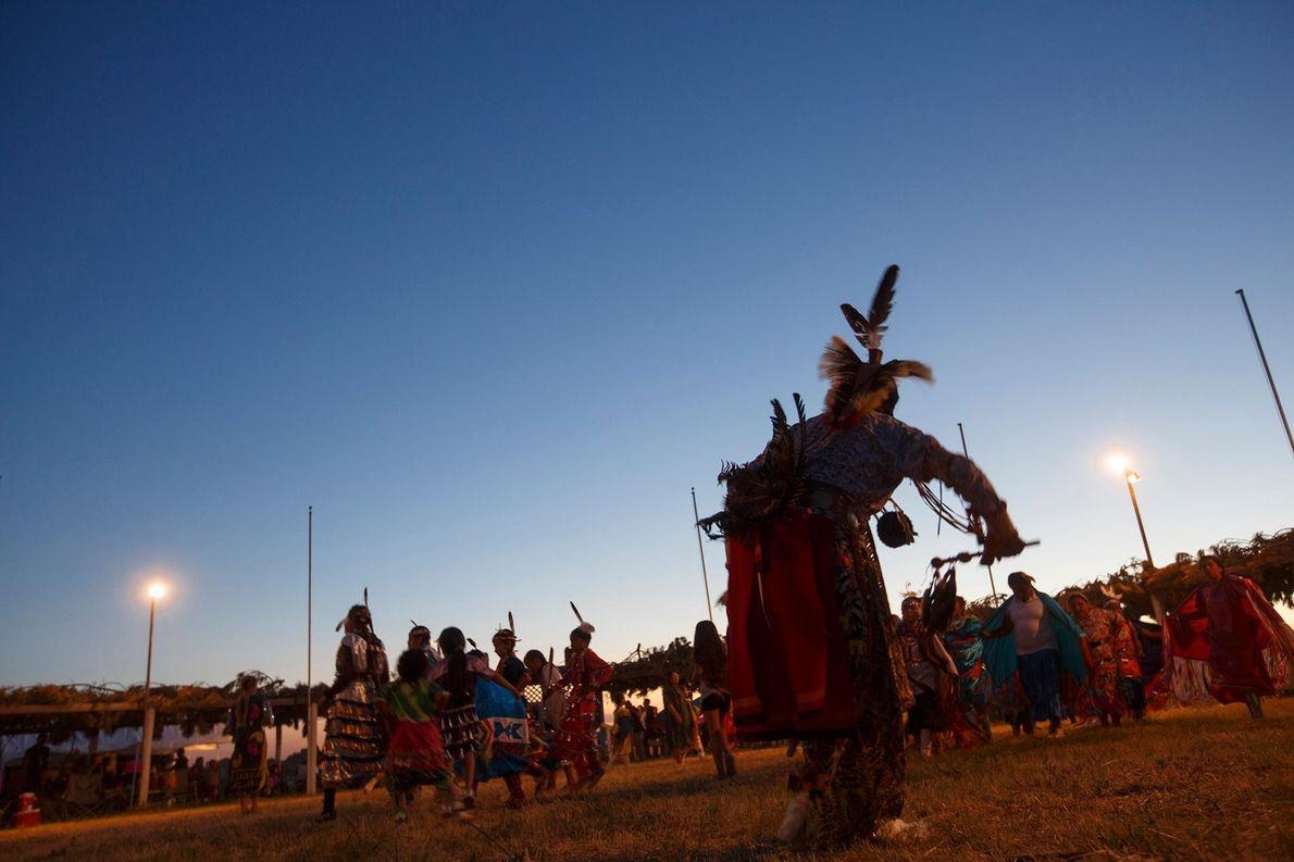 Des danseurs se déhanchent au rythme du tambour lors du pow-wow de Batesland. Certains de ces ...