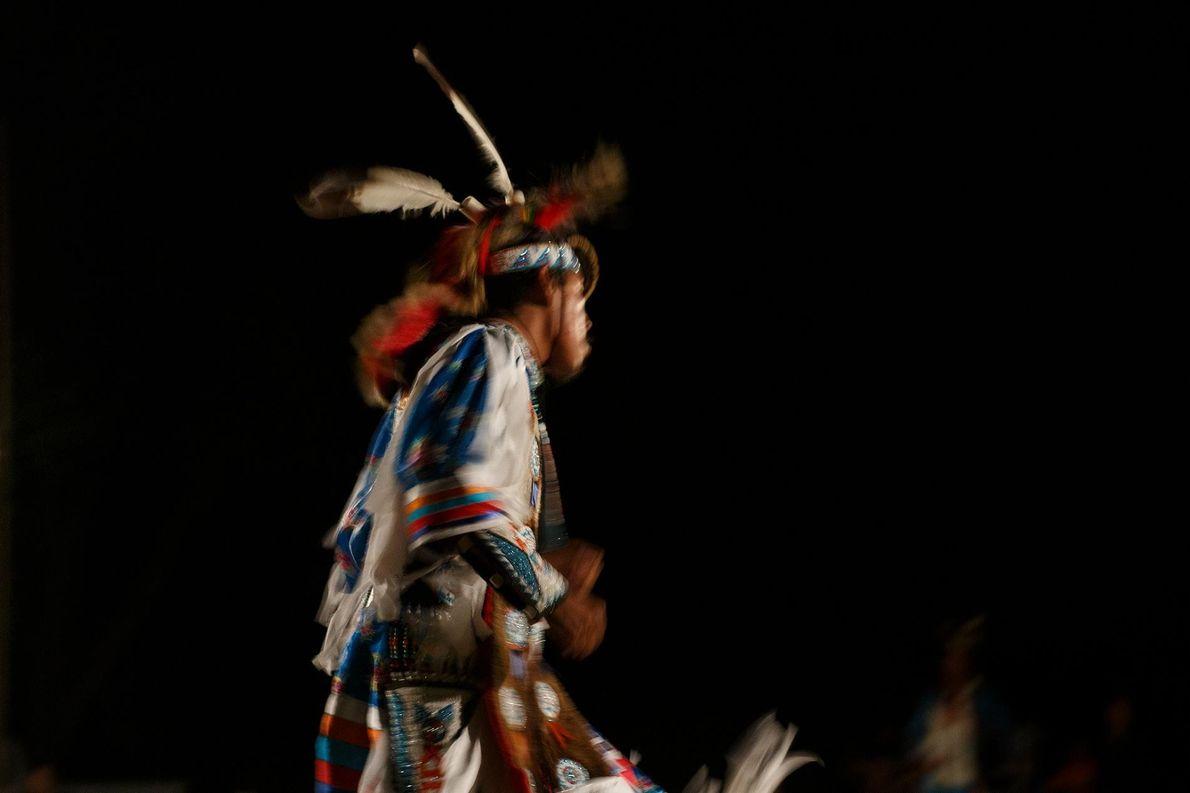 Un danseur en tenue participe à un pow-wow à Red Shirt, une communauté de la réserve ...