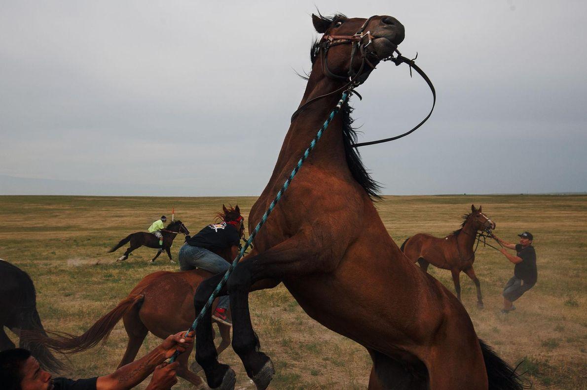 Un autre événement lors du pow-wow de Batesland : une course de relais à cheval.