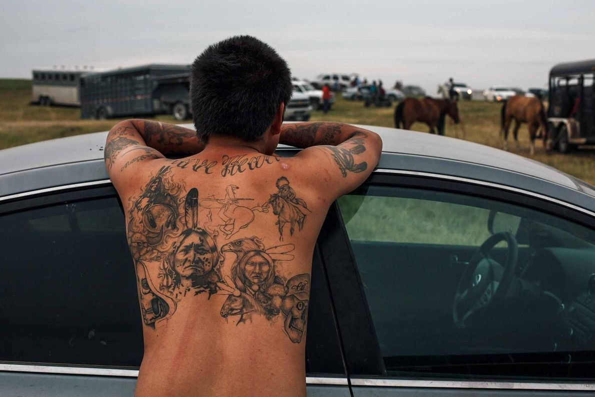 Les tatouages de M.J. Braveheart représentent des aigles et des chefs de tribu en costume traditionnel. ...
