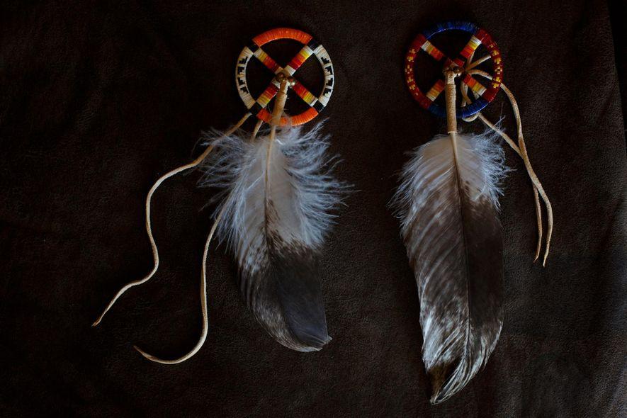 Trina Lone Hill a fait don de ces plumes d'aigles à ses jeunes fils lors de ...