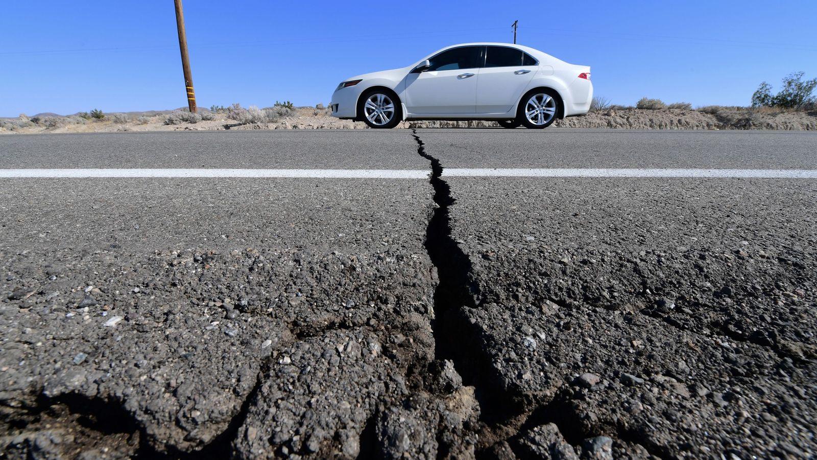 Une voiture traverse une fissure sur la route 178 au sud de Trona en Californie, après ...