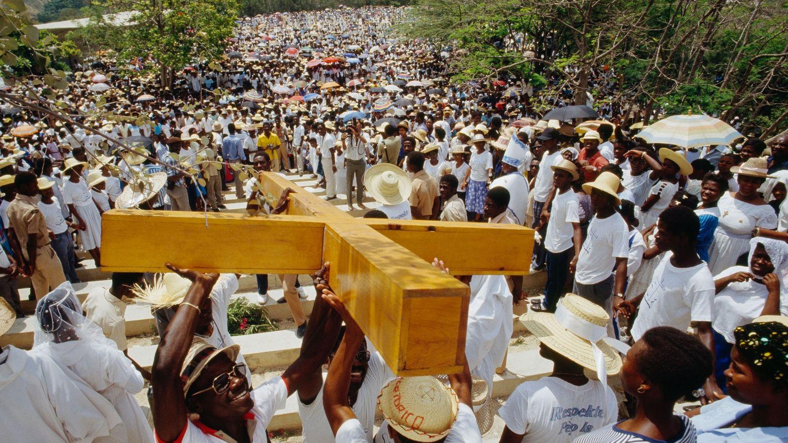 Une foule porte une croix pour célébrer le Vendredi Saint à Port-au-Prince, Haïti.