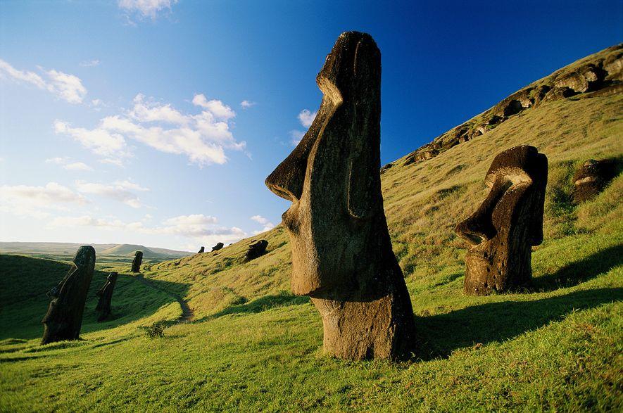 Les Moai parsèment les collines herbeuses de l'île de Pâques, un territoire chilien situé dans le ...