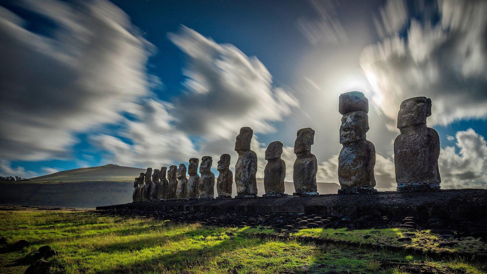 Des nuages semblent recouvrir les statues monolithiques de l'île de Pâques.