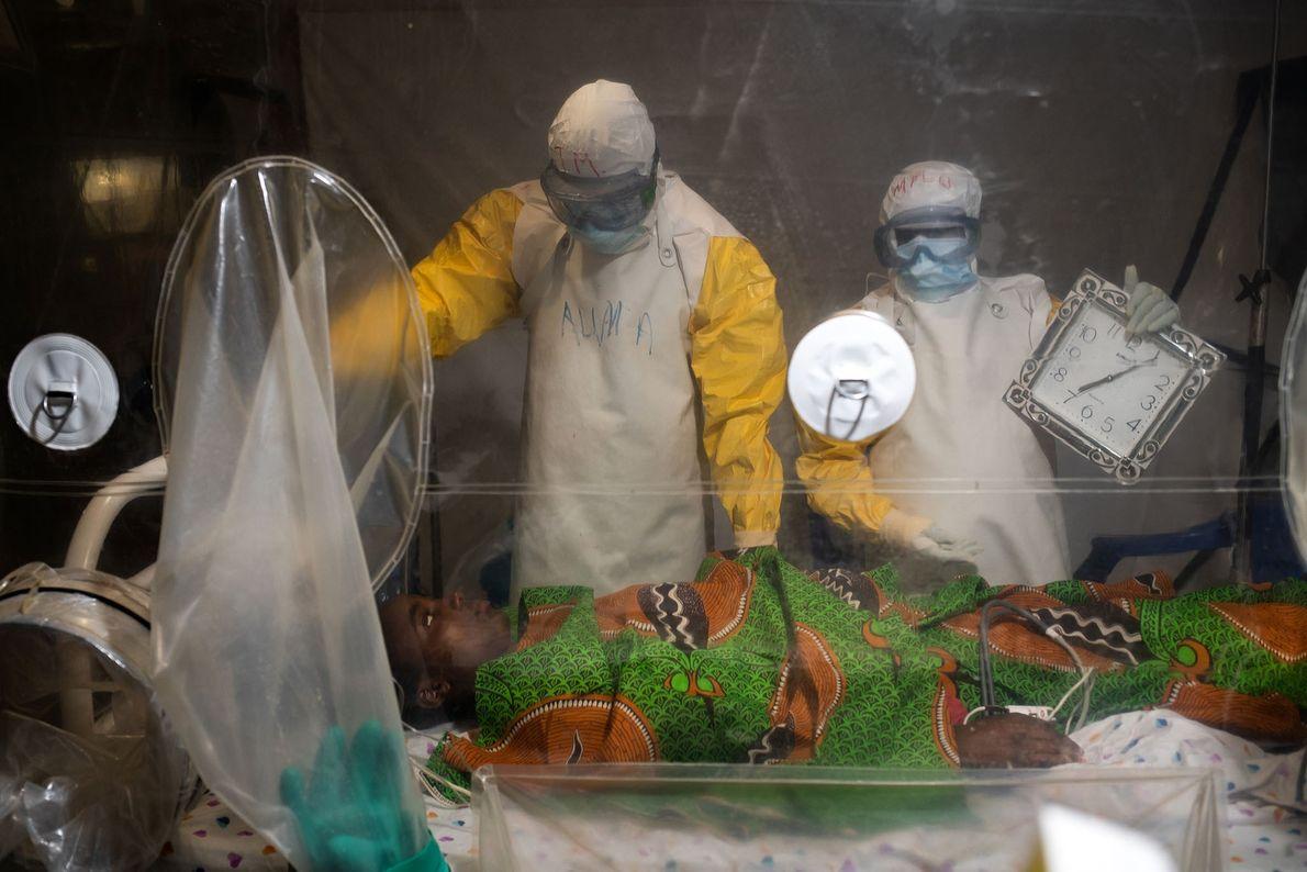 Âgée de 16 ans, Kavugho Mukoni Romelie est soignée pour Ebola au centre de l'Alliance pour ...