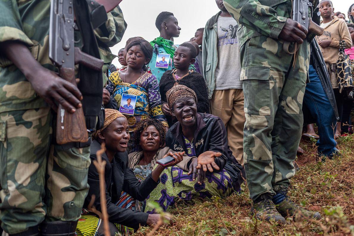 Les amis et la famille du policier Tabu Amuli Emmanuel pleurent sa disparition pendant son enterrement ...