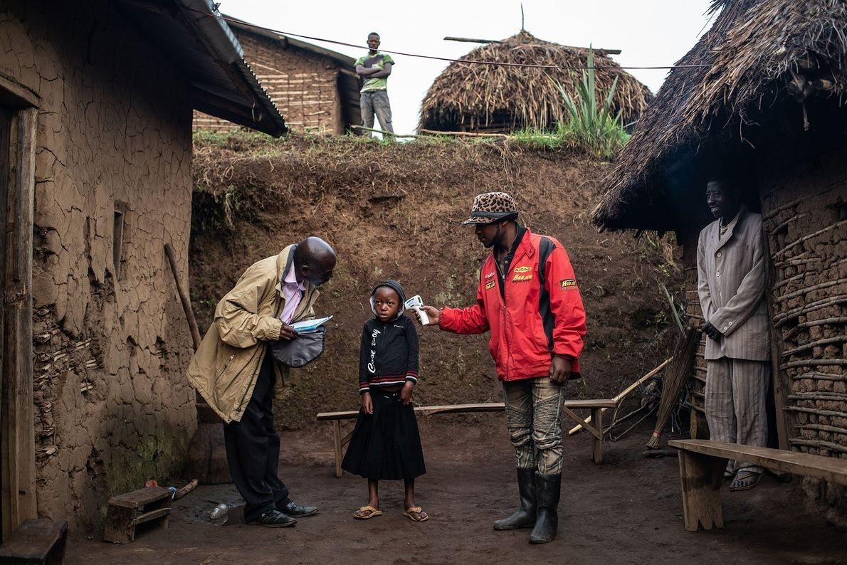 Une équipe de l'Organisation mondiale de la santé prend la température de la petite Confirme Masika ...