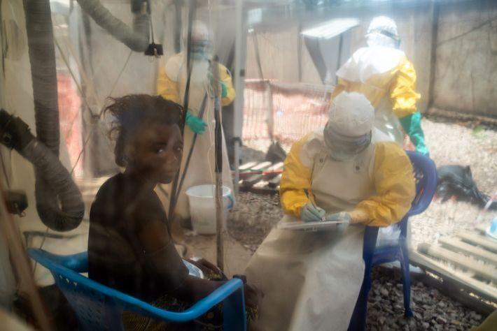 Âgée de 16 ans, Kavugho Mukoni Romelie reçoit un traitement contre Ebola au centre d'ALIMA, Alliance ...