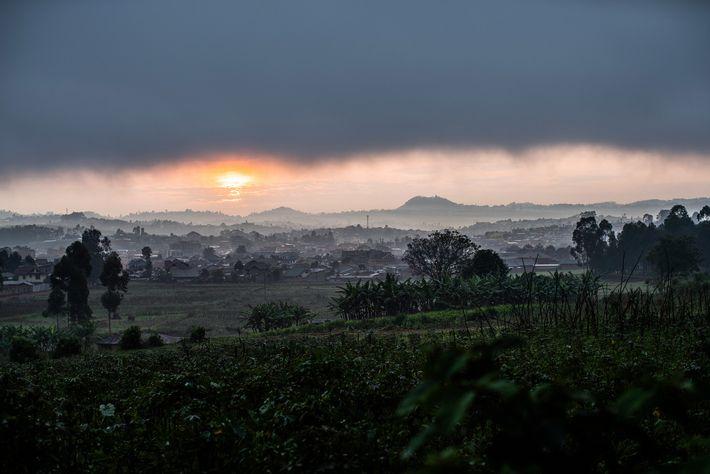 1er mars 2019, les nuages flottent au-dessus de Butembo sur cette photographie prise depuis le centre ...