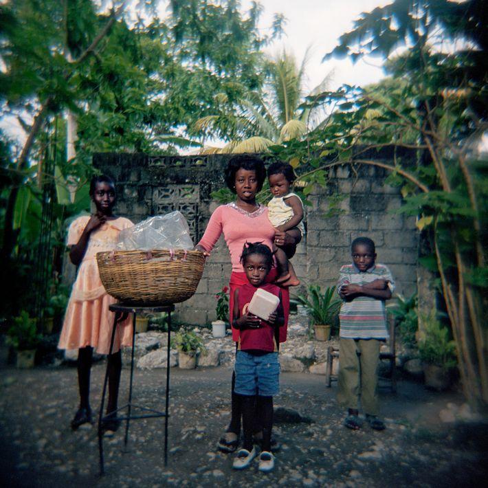 """""""Je lui achète du pain tous les jours"""", déclarait le photographe haïtien Smith Neuvieme de Manuela ..."""