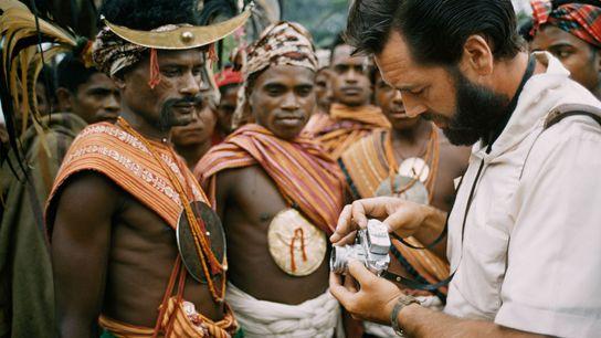 Le photographe Frank Schreider montre aux hommes de l'île de Timor son appareil photo dans un ...