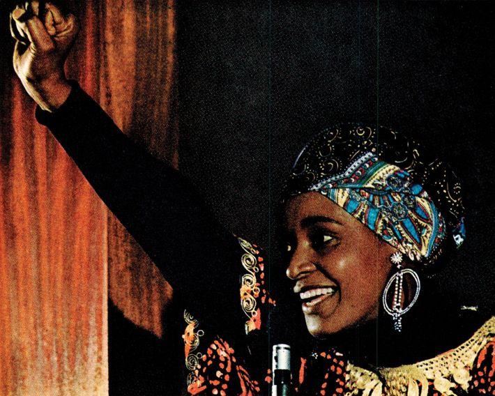 Un article traitant de l'Apartheid en Afrique du Sud publié en 1977 montre Winnie Mandela, fondatrice ...