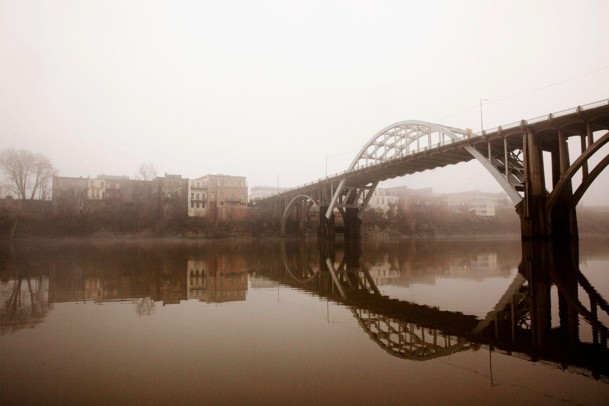 Chaque année, des gens traversent le pont Edmund Pettus à Selma en honneur de l'événement historique ...