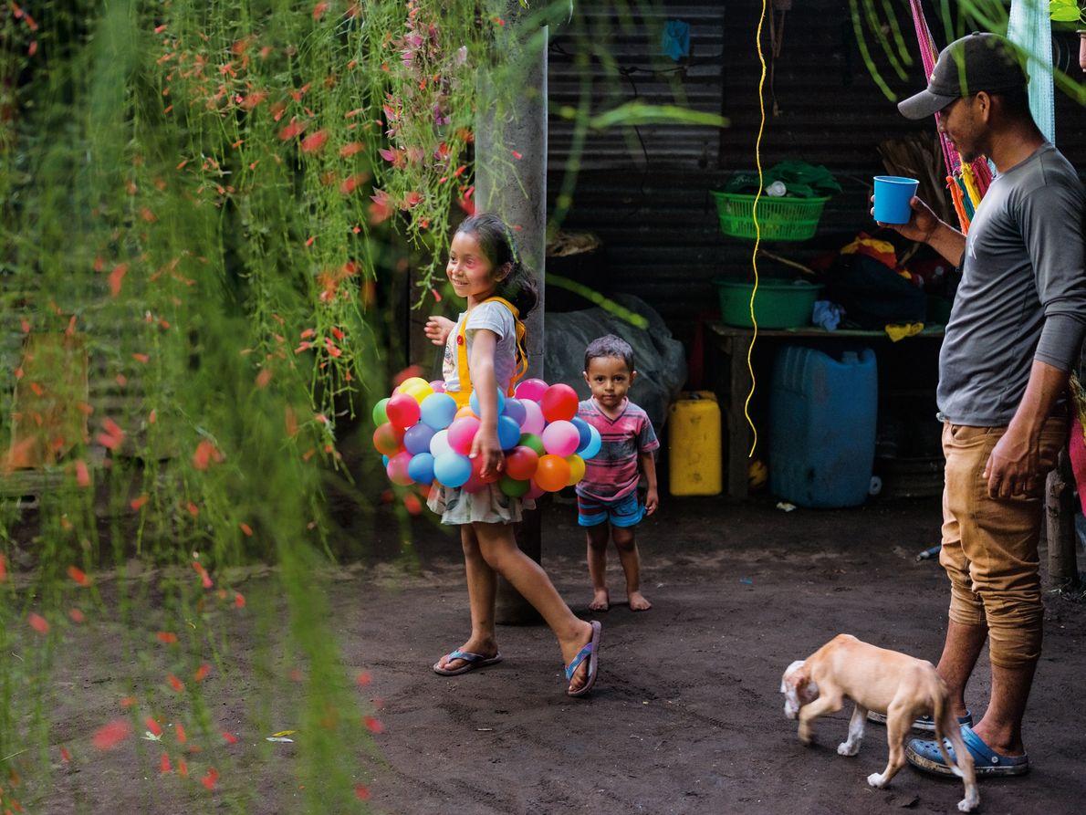 Le pêcheur Arnovis Guidos Portillo observe sa fille et son fils dans leur maison du Salvador. ...
