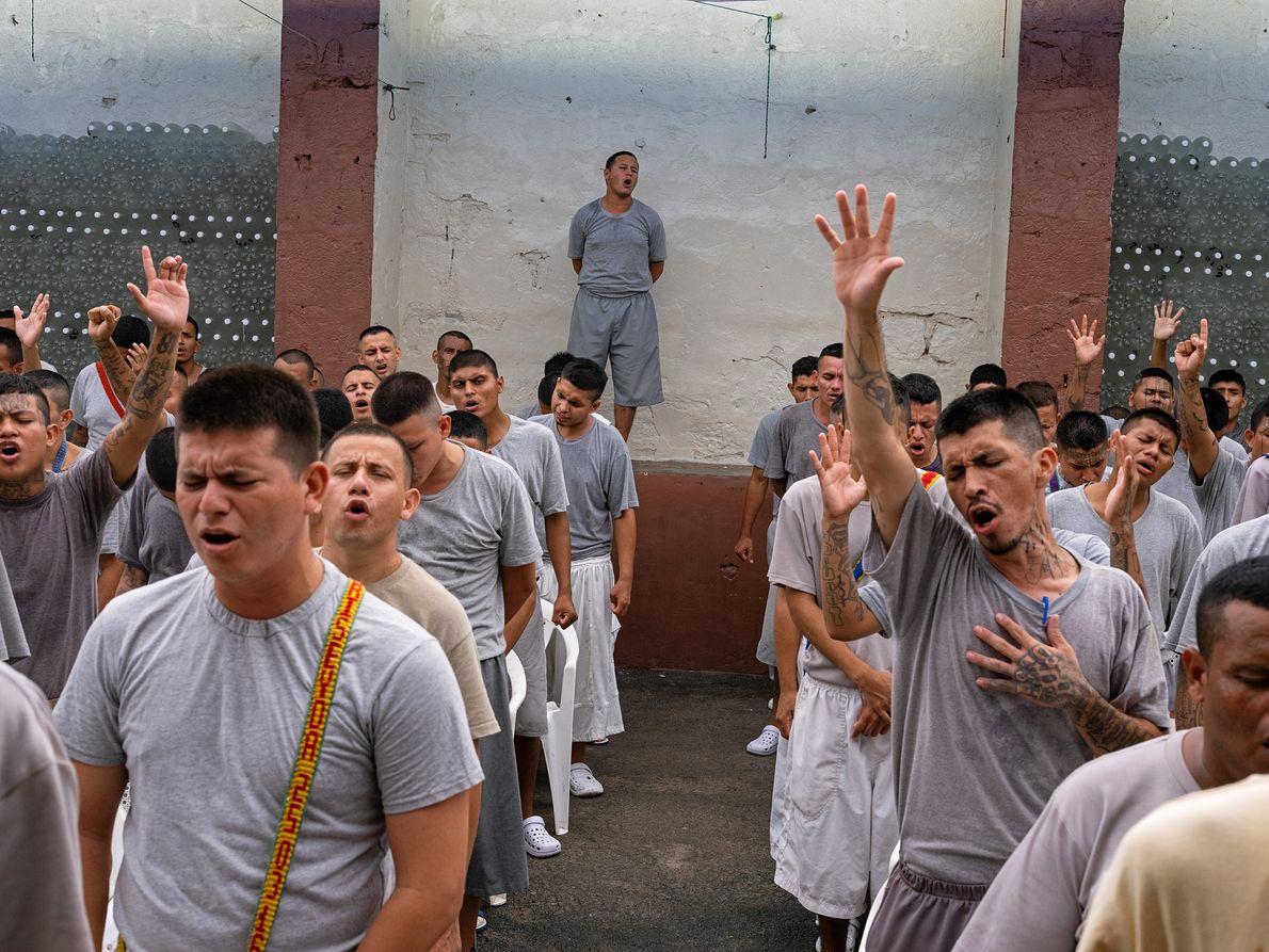 Après avoir renié leur appartenance à un gang, des détenus de la prison de San Francisco ...