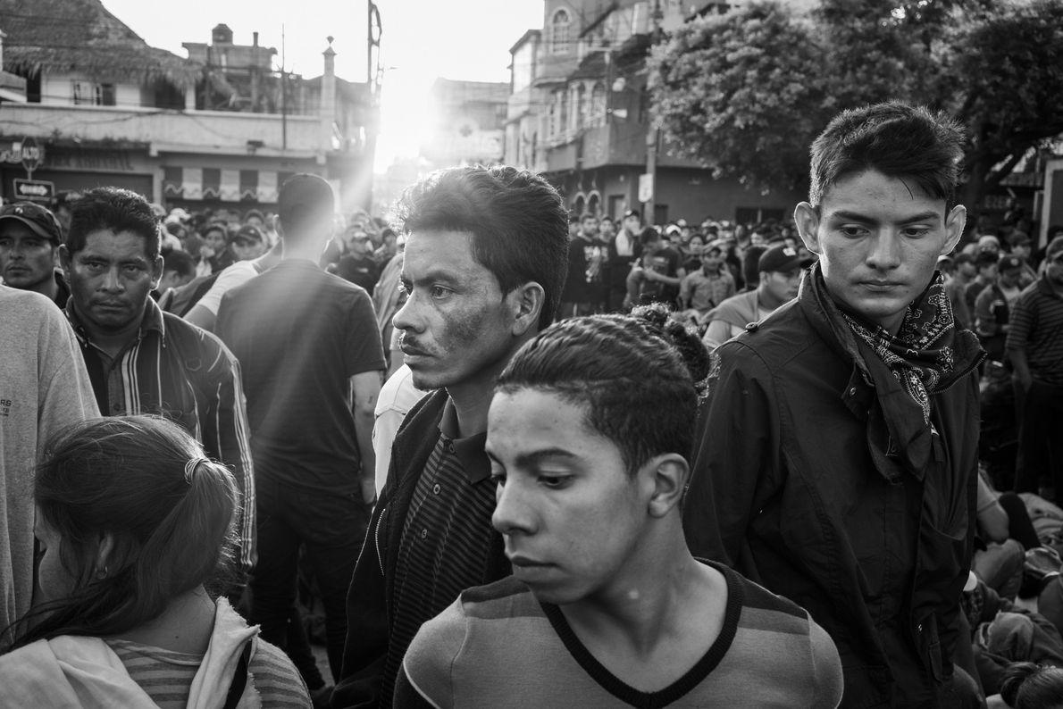 Dès 5 h du matin, la file de migrants s'allonge à la frontière du Guatemala afin ...