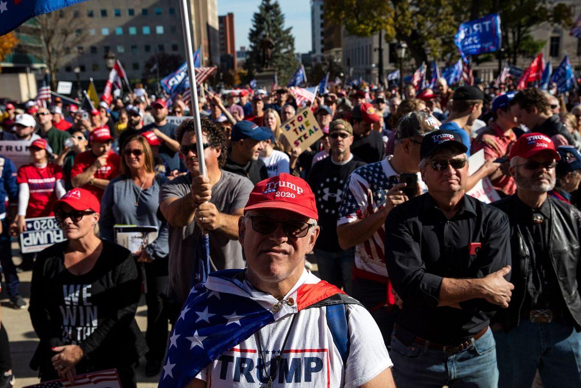 Des partisans de Trump se rassemblent sur les marches du capitole de l'État du Michigan, à ...