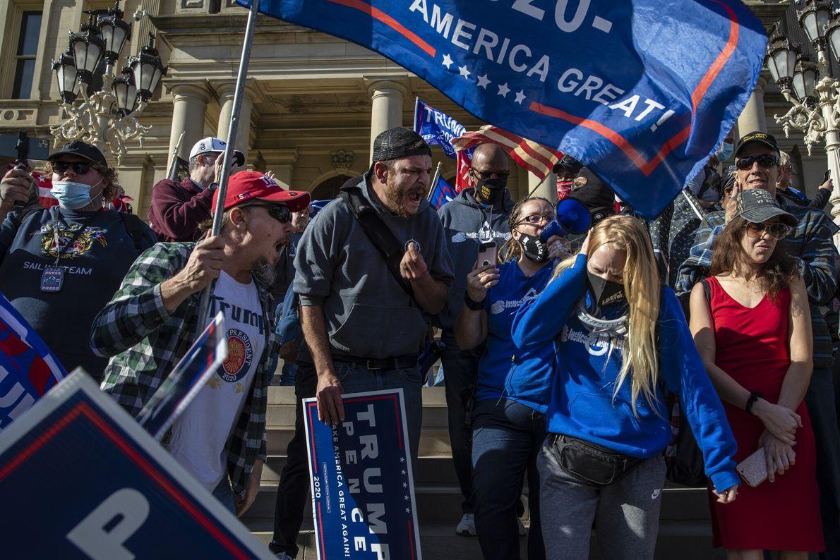 Sur les marches du capitole de Lansing dans le Michigan, les partisans de Trump fustigent ceux ...