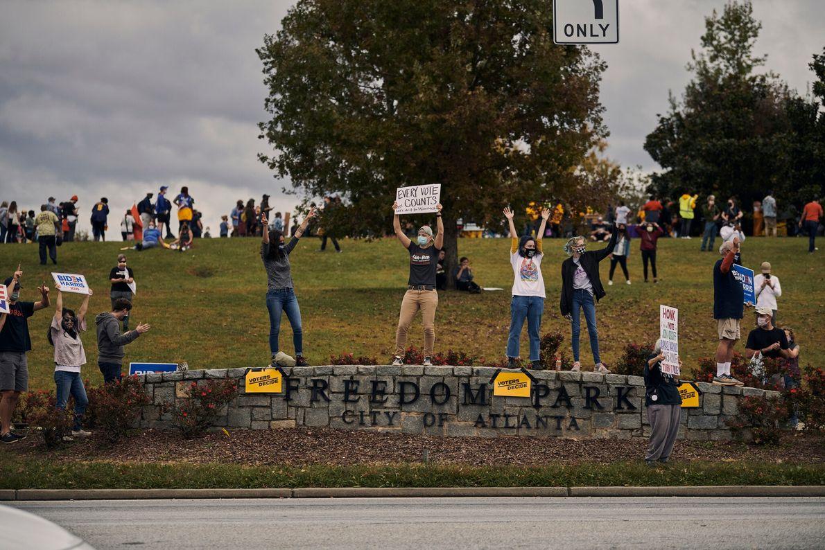 Des résidents d'Atlanta descendent dans la rue pour célébrer la victoire de Joe Biden aux élections ...