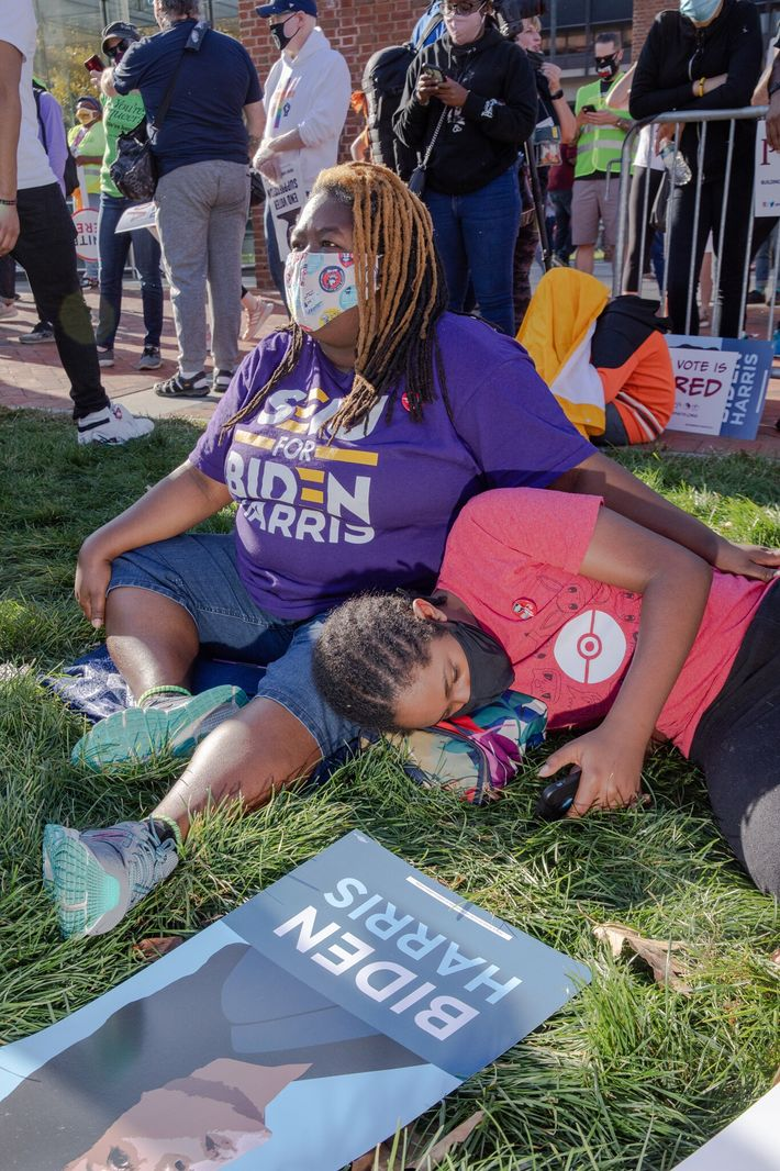 Aisha Anderson-Oberman et son fils Gyasi Anderson-Oberman, 13 ans, prennent une pause le 7 novembre à Philadelphie, en ...