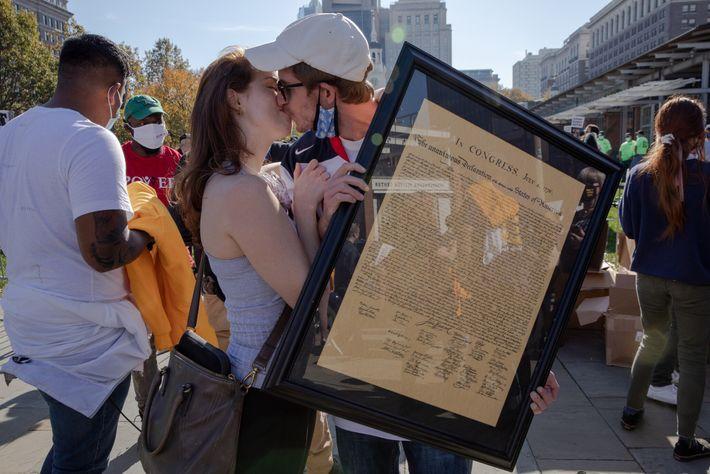 Après la victoire de Joe Biden aux élections présidentielles, Cooper Sherwin et Joan Taylor s'embrassent tout en tenant une ...