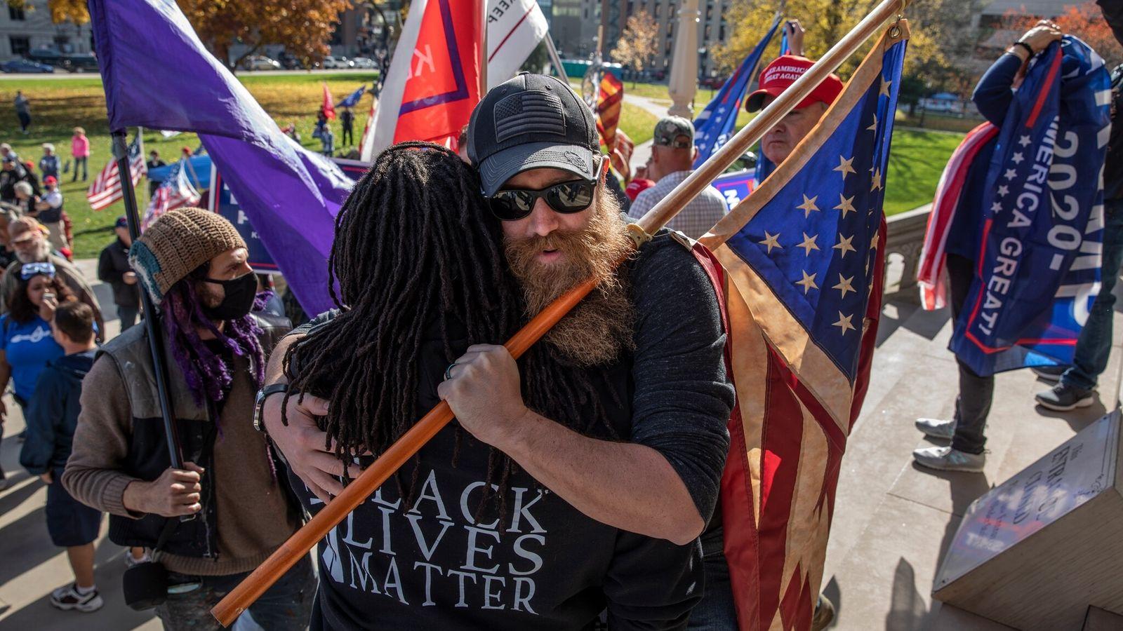 L'étreinte dont les États-Unis ont besoin : sur les marches du capitole de l'État du Michigan, à ...