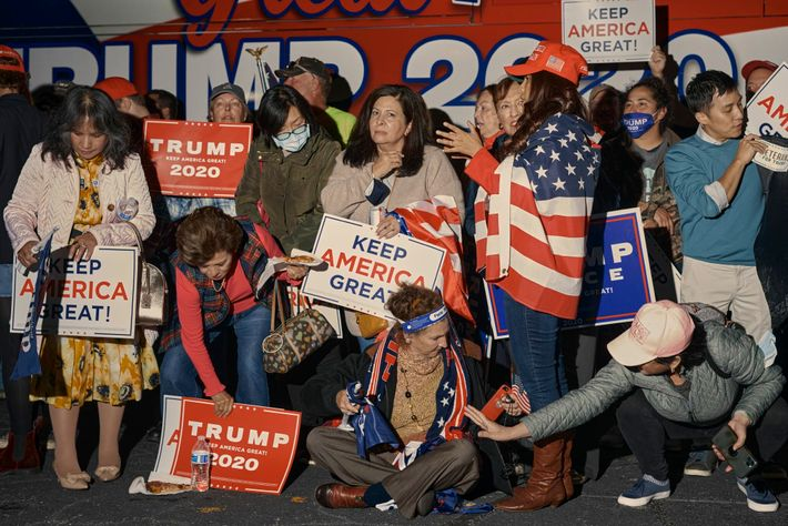 En attendant le résultat des élections présidentielles américaines, des supporters de Trump participent à une conférence ...