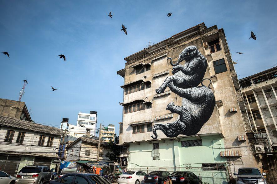 Une fresque de Roa représente deux éléphants tombant du mur d'une construction à Bangkok, en Thaïlande.