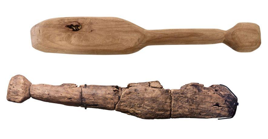 En haut, la réplique de la batte en bois ancienne. En bas, la batte en question ...