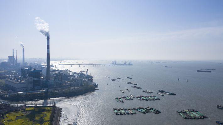 De la vapeur s'élève par-dessus les péniches évoluant sur le fleuve Yang-Tsé alors que la Chine s'apprête ...