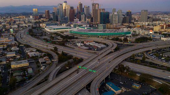 À Los Angeles, des rues presque désertes. Les autorités de la ville implorent les habitants de ...