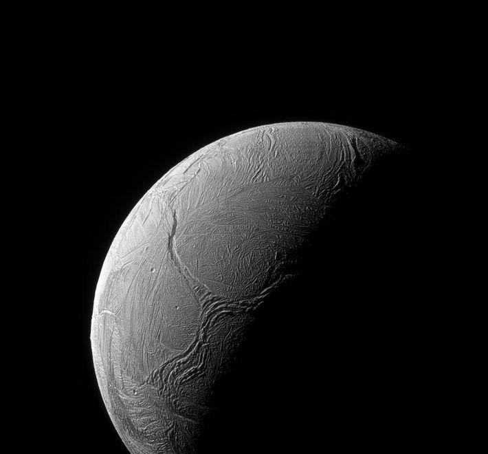 Fractures observées dans la couche de glace supérieure d'Encelade, lune de Saturne. Photo prise par Cassini.